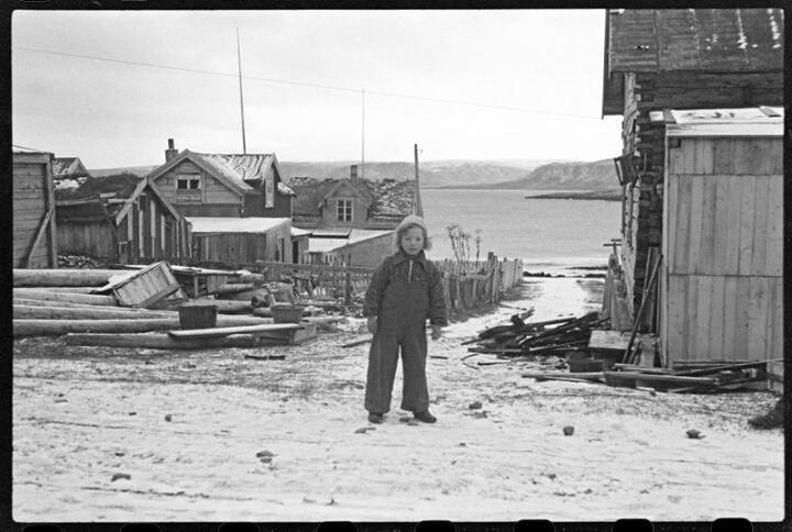 Bernt Johan ble født i Havningberg i Finnmark 9. april 1940 - den dagen da tyskerne overfalt Norge. Faren lovet høytidelig at håret til gutten ikke skulle klippes før Norge var fritt igjen - det samme løfte som Norges første konge, Harald Hårfagre, avga den gangen han satte seg som mål å samle Norge til ett rike.  Her er han mens håret ennå var langt. Foto: Ole Friele Backer/ Riksarkivet/ NTBs krigsarkiv