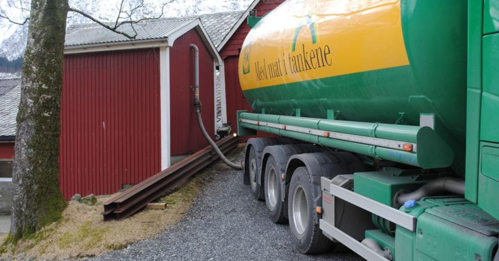 Det er i dag tre fabrikker som leverer kraftfôr til bønder på Vestlandet. Fabrikken i Florø er den minste av de tre, og produserer rundt 40 000 tonn kraftfôr årlig.  (Foto: Karl Erik Berge)