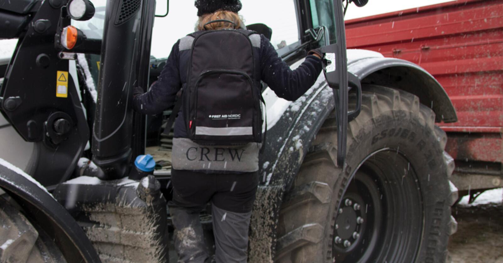 """I følge Arbeidstilsynet, skal de fleste alvorlige ulykker og dødsulykker i jordbruket være knyttet til bruk av traktor og tilhørende redskap. Eikmaskin satser nå på forebyggende tiltak gjennom sine ti egenkomponerte """"bondevettregler"""". (Foto: Eikmaskin)"""