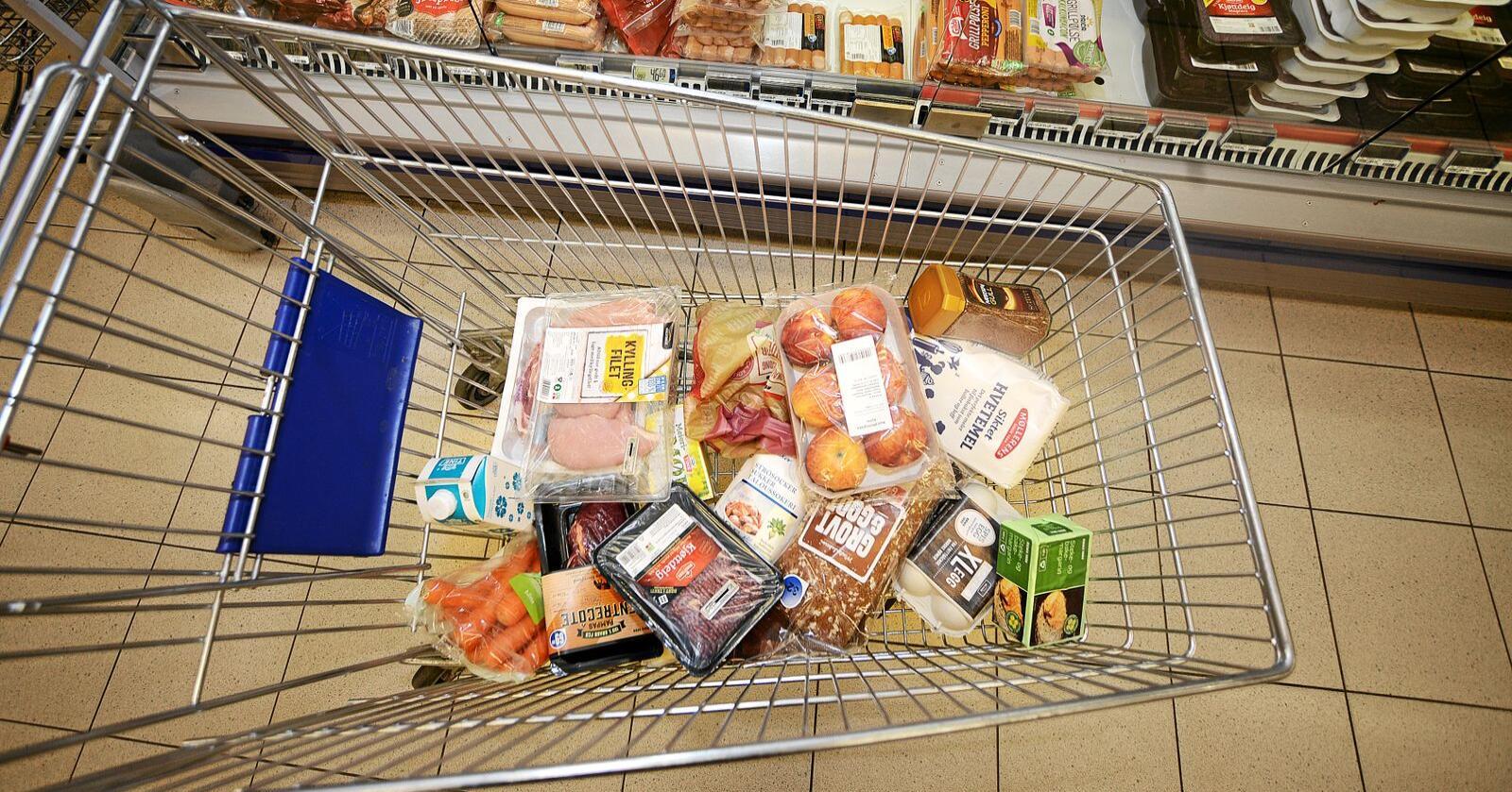 Det har vært tomt for enkelte varer i butikkene de siste ukene. Én av fem nordmenn sier de hamstret eller kjøpte inn ekstra mat og dagligvarer i forbindelse med koronaviruset, viser en ny undersøkelse. Foto: Siri Juell Rasmussen