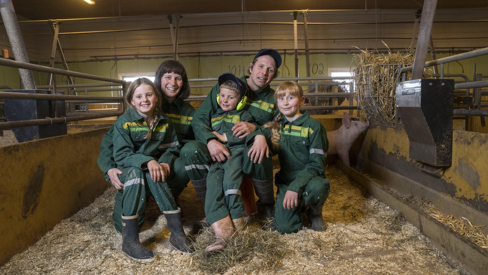 Grisebonde Maria Østerås (39) med mannen Arne Elias (41) og de tre barna Maren (12), Arne (6) og Agnes (10). Foto: Yngve Ask