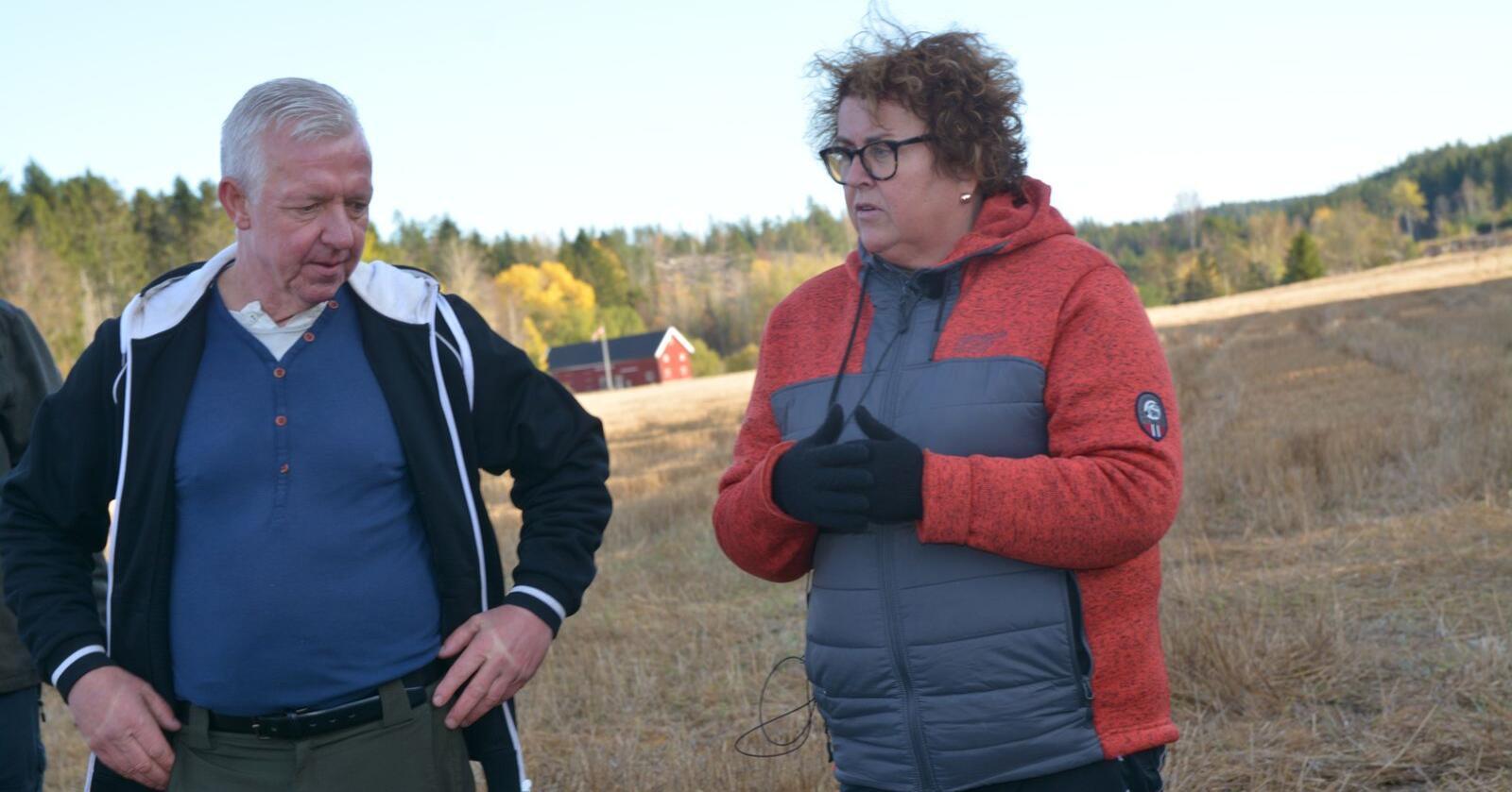 Landbruks- og matminister Olaug Bollestad (KrF) møtte tirsdag bonde og grunneier Jan Roger Eriksen ved hjemgården på Kornsjø, syd for Halden. Han opplever et stadig større villsvintrykk i sine nærområder. Foto: Anders Sandbu
