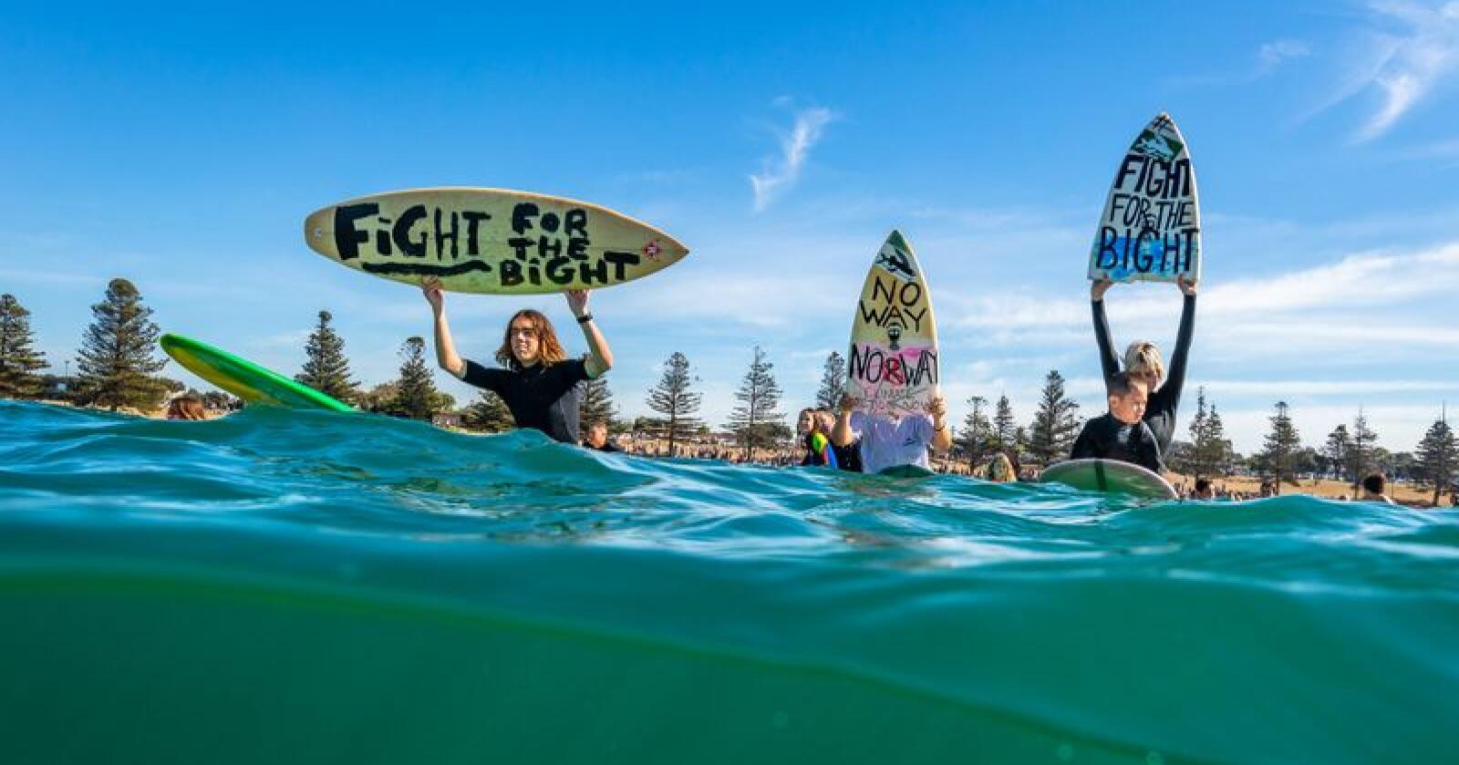 Surfere i byen Torquay i Victoria i Australia demonstrerte 20. april mot Equinors planer om oljeleting i Australbukta. Søndag blir det demonstrasjon i Oslo. Foto: Adam Snow / Surfrider Foundation Australia / NTB scanpix