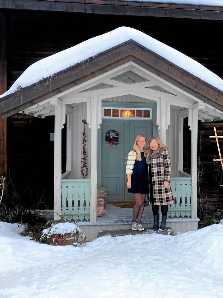 GARDSIDYLL: Med litt hjelp frå dottera Bianca Wessel (t.v.) har Viveke Wessel (t.h.) lagt ut dette gardshuset i Sigdal til leige på Airbnb. Inntektene gir Viveke moglegheit til å bli buande på ein gammal gard med store vedlikehaldsutgifter. FOTO: Wesseltunet