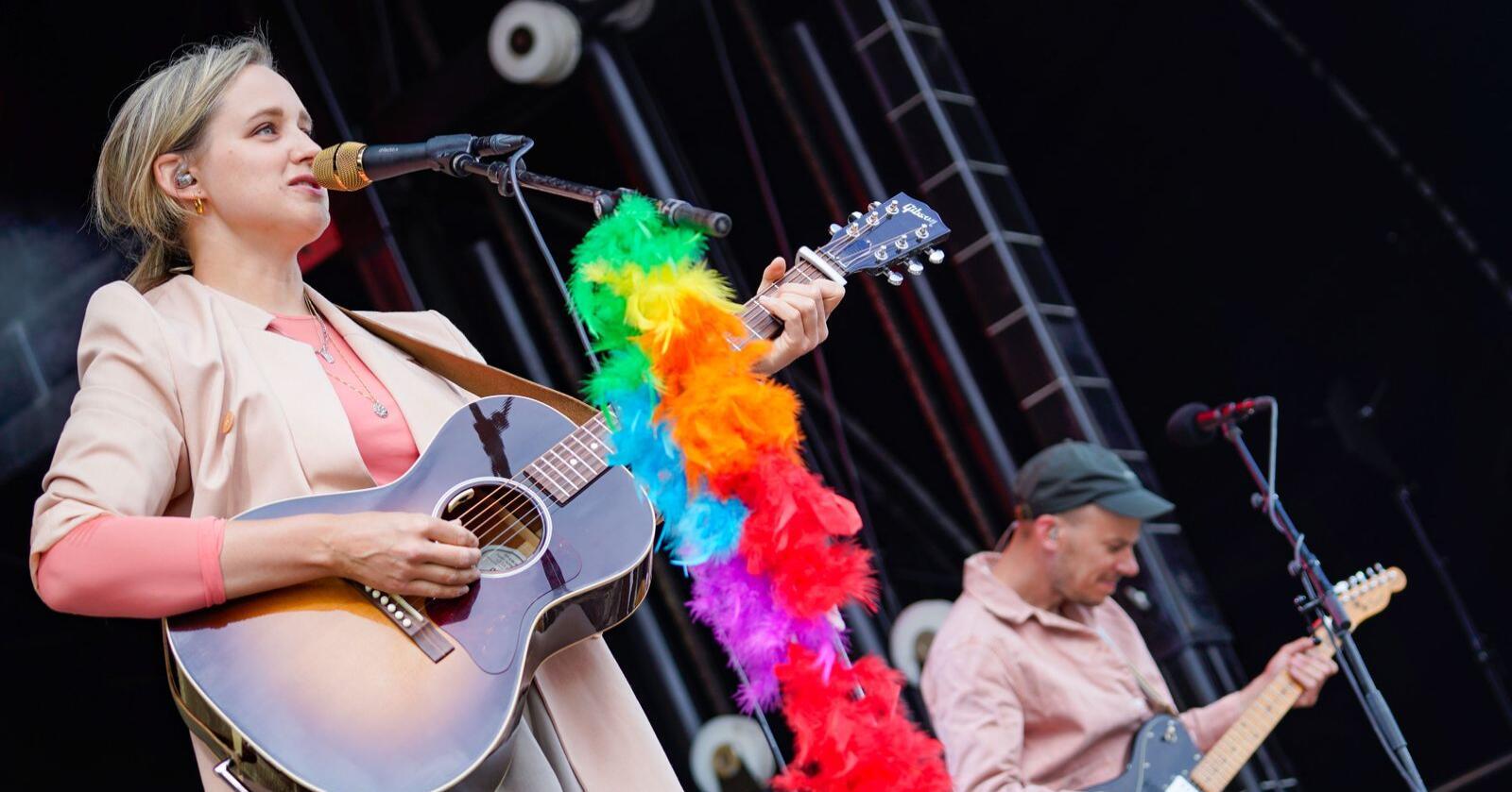 Norsk på øret: Her er musiker Frida Ånnevik på scenen under Fredvikafestivalen på Gjøvik. Foto: Heiko Junge / NTB