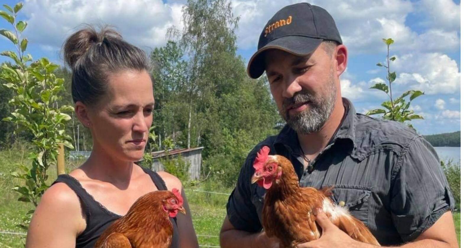Småbruksbøndene Camilla Watvedt og Johannes Hvaal Solberg vil ikke følge kravet om portforbud. (Foto: Privat)