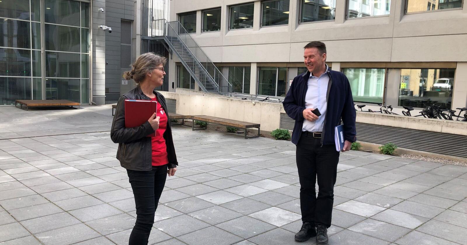 Småbrukarlagsleder Kjersti Hoff og bondelagsleder Lars Petter Bartnes i jordbrukets forhandlingsutvalg påvei inn til Landbruks- og matdepartementet.
