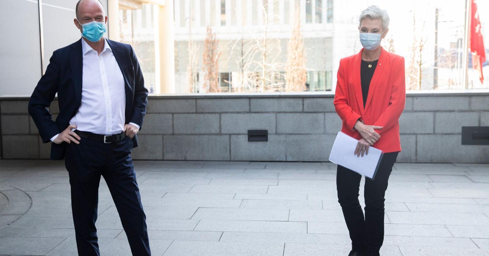 Avstand: Det er litt avstand mellom partene i lønnsoppgjøret, LO-leder Peggy Hessen Følsvik og NHOs administrerende direktør Ole Erik Almlid. Foto: Berit Roald / NTB