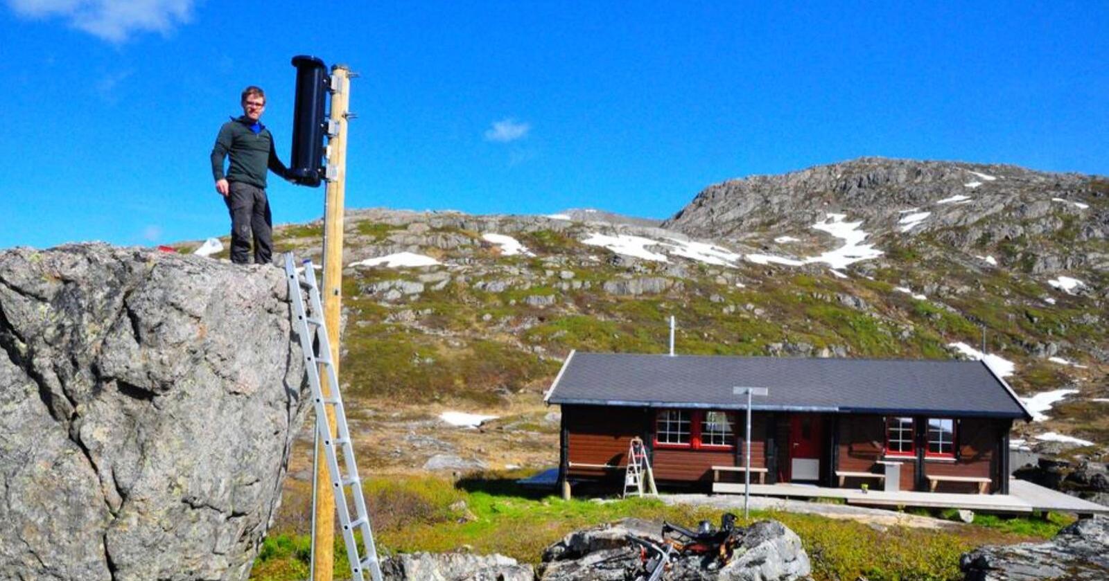 Går for vindkraft. - Vindkraftprosjektet vårt kan også ha overføringsverdi til bruk av mindre vindmøller ved DNT-hytter i andre fjellområder. Dermed kan også bruken av dieselaggregat på en del hytter reduseres, sier leder i Vesterålen Turlag, Trond Løkke. Her ved vindturbinen ved Snytindhytta – som i høst skal erstattes av en mindre og mer robust vindmølle som tåler ekstremvær. Foto: Privat
