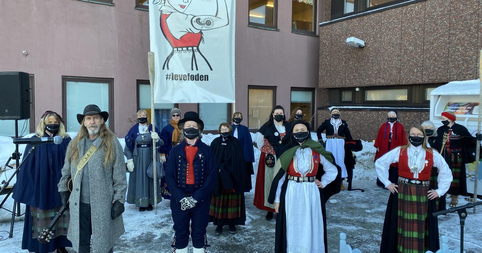 Fra folkedypet: Markeringer som her, mot stenging av fødetilbodet i Kristiansund, er ikke Sp-ledelsens påfunn, skriver Nationens spaltist. Foto: Privat