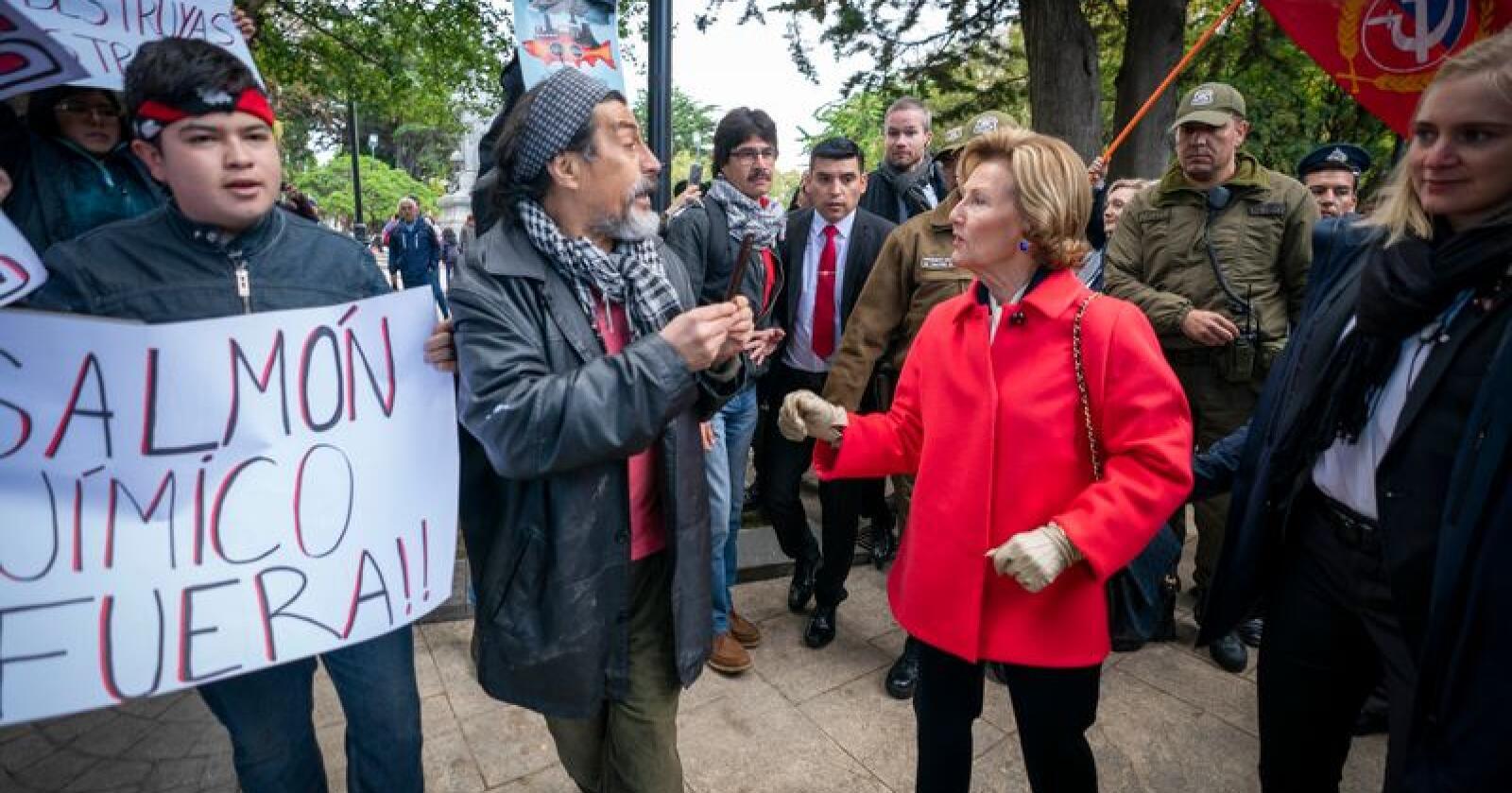 Det oppstod kaos då demonstrantar blokkerte for kong Harald og dronning Sonja på eit torg i den vesle byen Punta Arenas i Chile. Foto: Heiko Junge / NTB scanpix / NPK