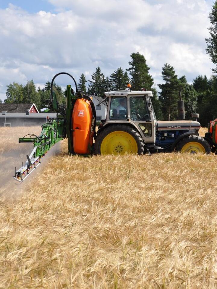 Sprøytehjul: – Det er en klar fordel om sprøytehjula kan stå på traktoren i den aktuelle perioden, sier rådgiveren. Arkivfoto: Norsk Landbruk
