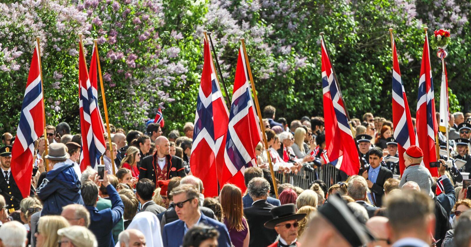 Slik er 17. mai-feiringen til vanlig, men i år vil de fleste feire hjemme. Foto: Mostphotos