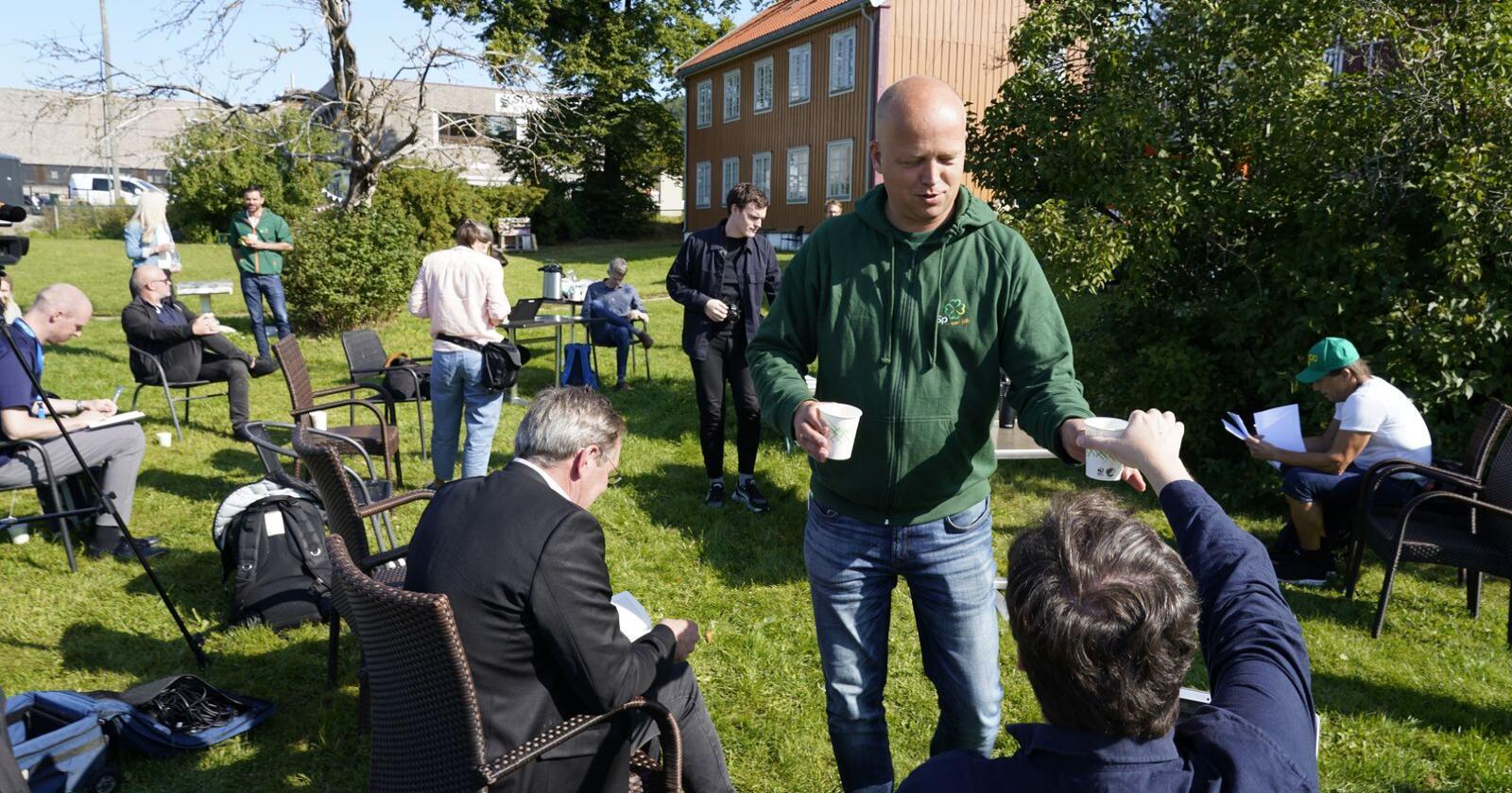 """Kaffe: Trygve Slagsvold Vedum serverer kaffe under lanseringen av boka """"Nær folk"""" på Kafè Steinbra i Groruddalen mandag. Foto: Gorm Kallestad / NTB"""