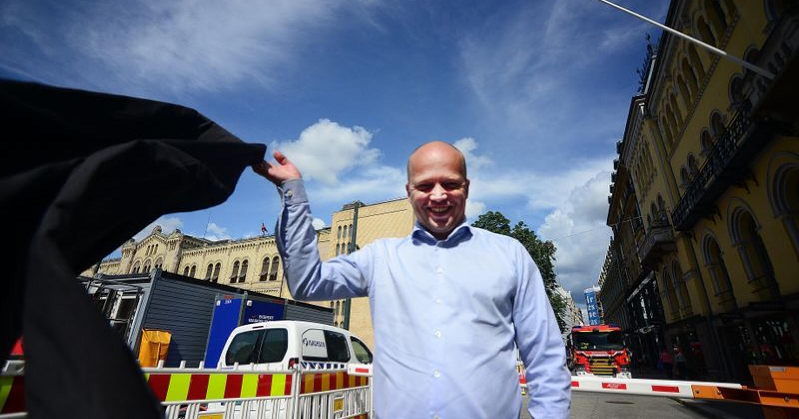 Trygve Slagsvold Vedum kaster jakka i Oslo-sola. Lørdag åpner han Senterpartiets valgkamp på Eidsvoll, før han skal ut i landet og jakte ordførerklubber. Det siste snakker han minst mulig om. Foto: Siri Juell Rasmussen