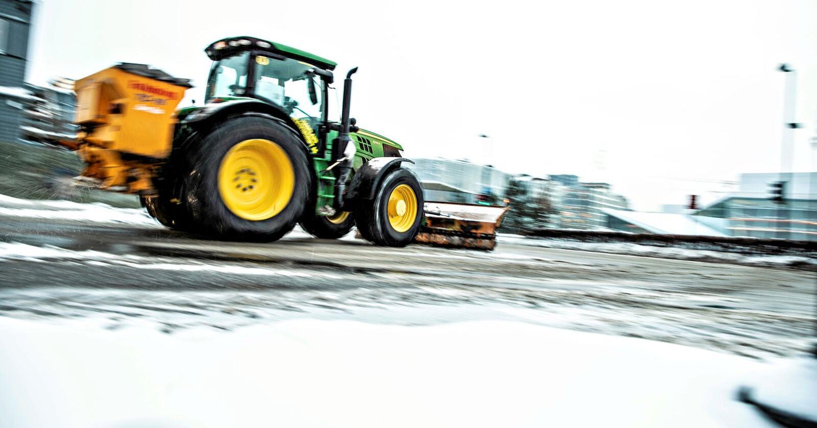 Anbud: En traktor fra Hadeland Maskindrift rydder snøen i Rådhusgata i Oslo.