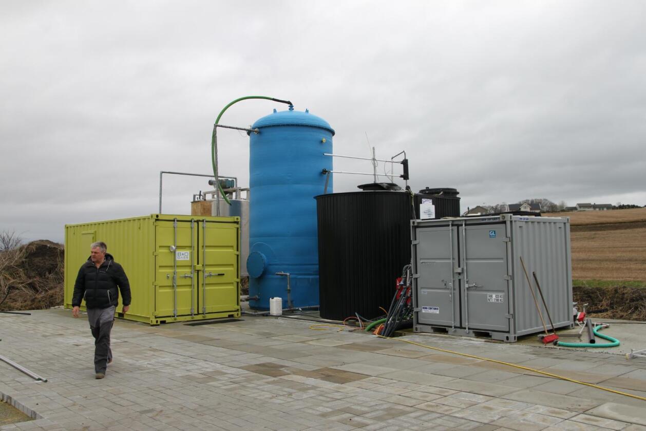 Eget anlegg: De aller fleste som leverer husdyrgjødsel til biogassanlegg, leverer til Greve biogassanlegg i Vestfold. Olav Røysland har sitt eget biogassanlegg på gården.