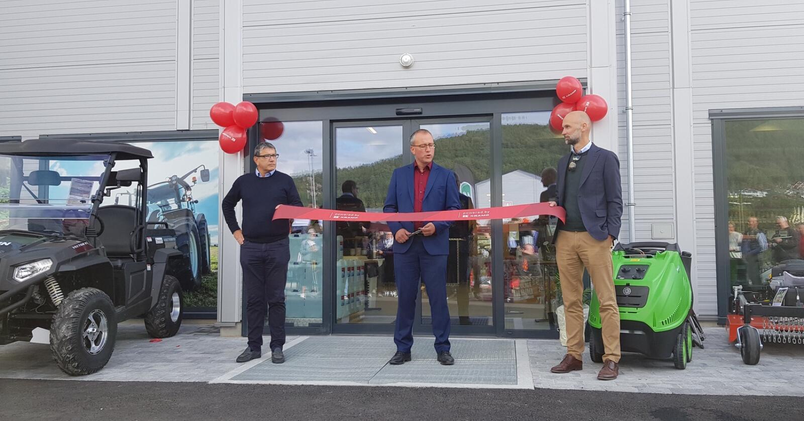 Snorklipping;  fra venstre: Kjetil Kvåle, styreformann i Maskinsenteret Vestland, Arnstein Menes, ordfører i Sogndal kommune og Trond Kjempekjenn som er administrerende direktør i Eikmaskin