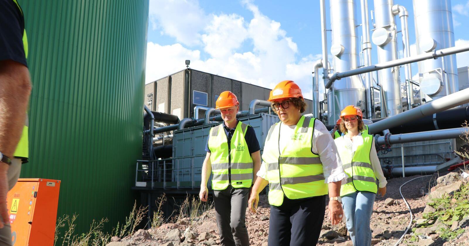 Landbruksministeren var på rundtur i Vesetfold for å se hvoran Borregaard og Greve Biogass jobber med sine fornybarsatsinger.
