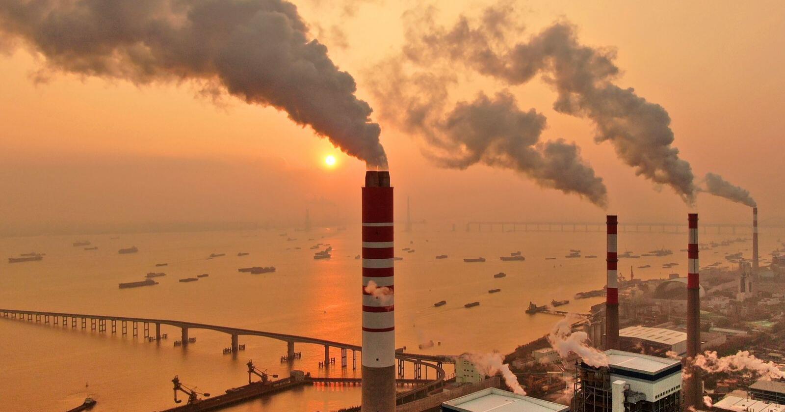 Godt over to tredeler av CO2-utslippene fra verdens kraftverk kommer fra under 5 prosent av dem. Her fra et kraftverk i Kina. Foto: Chinatopix / AP / NTB