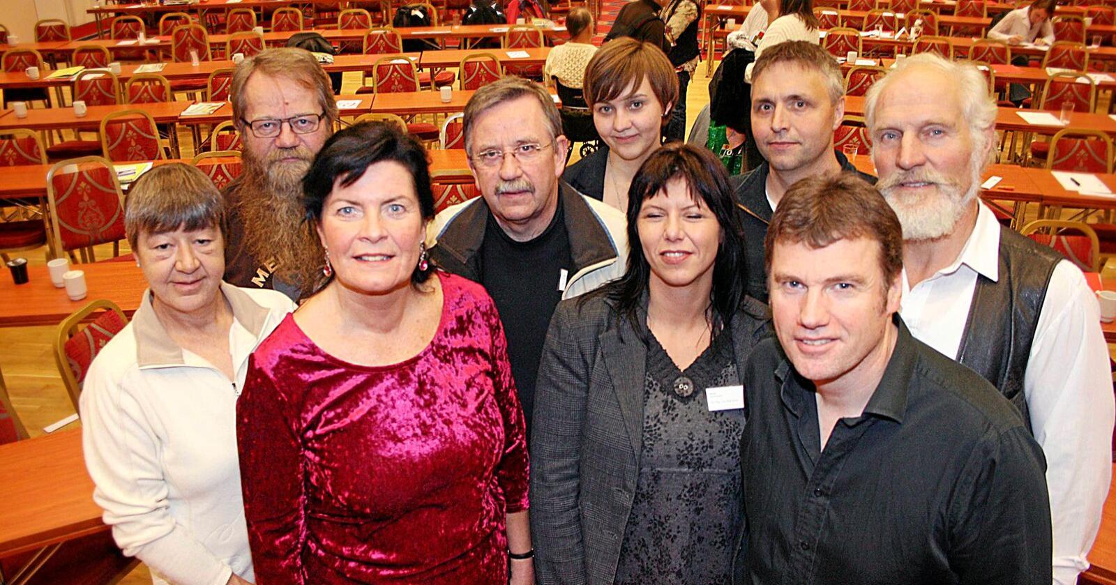 Nestleiar: Lynn Hege Myrvang (midt i fremste rekke) frå Valdres var i mange år organisatorisk nestleiar i Norsk Bonde- og Småbrukarlag. Nå melder ho seg ut av Småbrukarlaget i protest. Her saman med dåverande leiar Merete Furuberg (t.v.) og resten av det dåverande styret for ein del år sidan: Oddveig Moen, Inge Staldvik, Modulf Aukan, Mari Søbstad Amundsen, Torbjørn Norland, Per Anton Nesjan og Terje Nystabakk. Foto: Bjarne Bekkeheien Aase