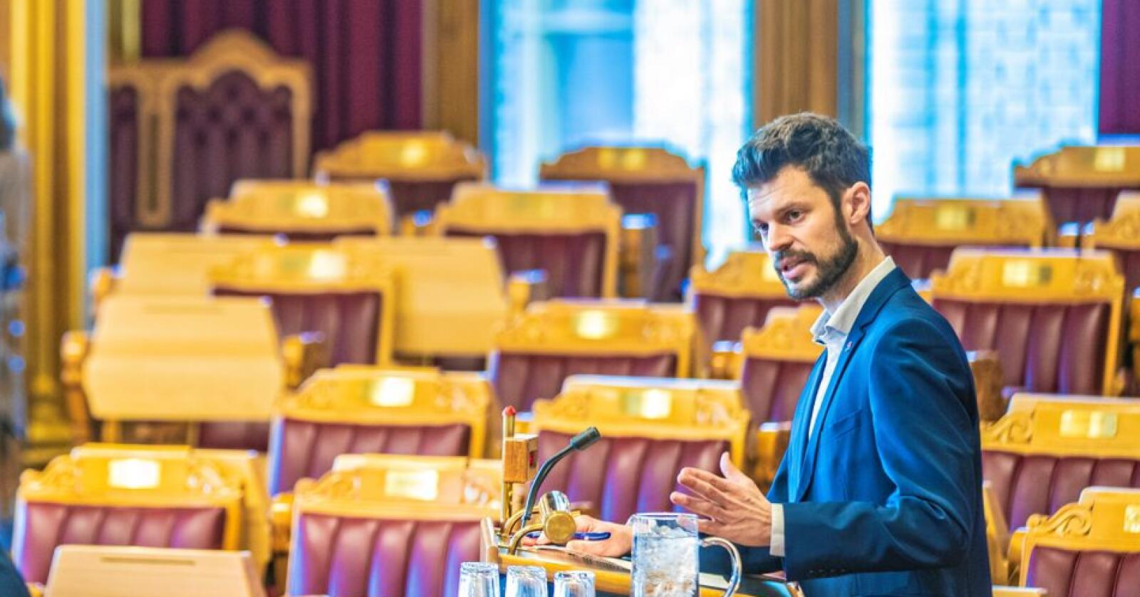 Bjørnar Moxnes (Rødt) ber forsvarsminister Frank Bakke-Jensen ta regningen til tre HV-soldater. Foto: Stian Lysberg Solum / NTB