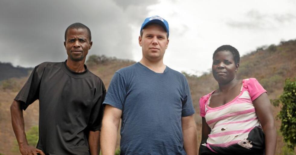 Einar Kiserud opplevde tørken på egen gård, han dro til Malawi og møtte bønder som har levd med tørke og klimautfordringer i mange år. På bildet fra venstre: Collings Mhango, Einar Kiserud, Esther Msiska. Foto: Differ Media/Julie Lunde Lillesæter