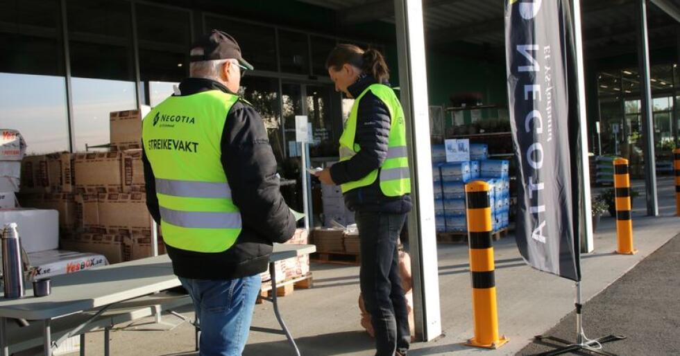 Det er de ansatte som er fagorganisert gjennom Negotia/YS som streiker. Bildet viser streikevakter ved FK Agri på Holstad i Ås. (Foto: Karl Erik Berge)