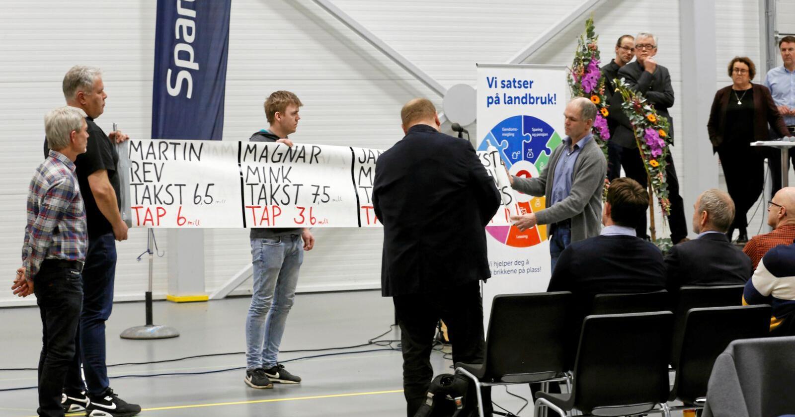 Leste opp tapene: Leder for Rogaland Pelsdyralslag, Jan Ove Horpestad, leste opp navn og de anslåtte tappene de 12 bøndene må ta om de ikke får full kompensasjon. Foto: Solfrid Sande