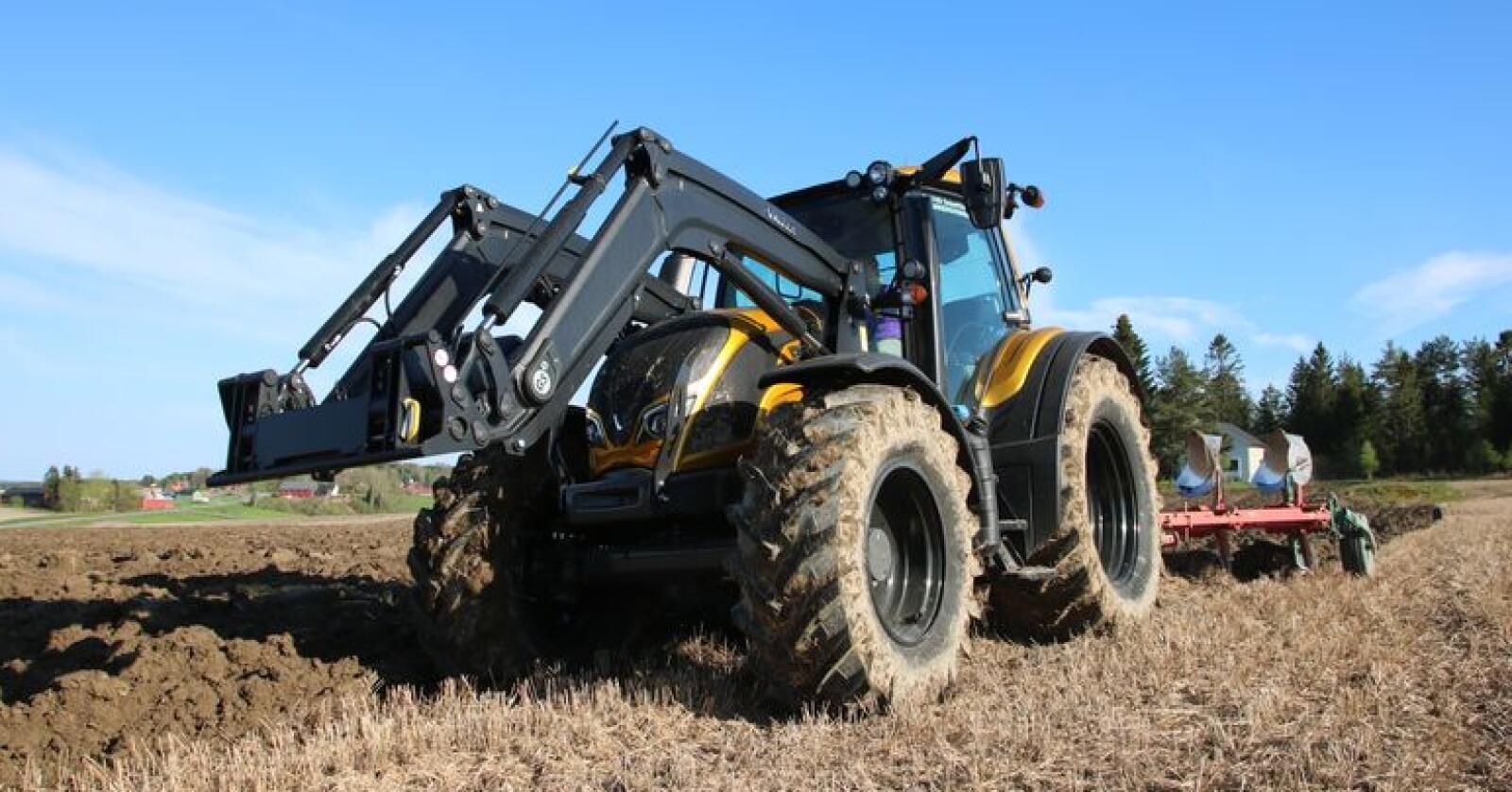 Populær modell: Valtra N174 ble den mest registrerte enkeltmodellen i Finland i 2018. Her ser du traktoren i aksjon med plog under vår prøvekjøring, som du kan lese i Traktor nr. 4/2017. Foto: Trond Martin Wiersholm
