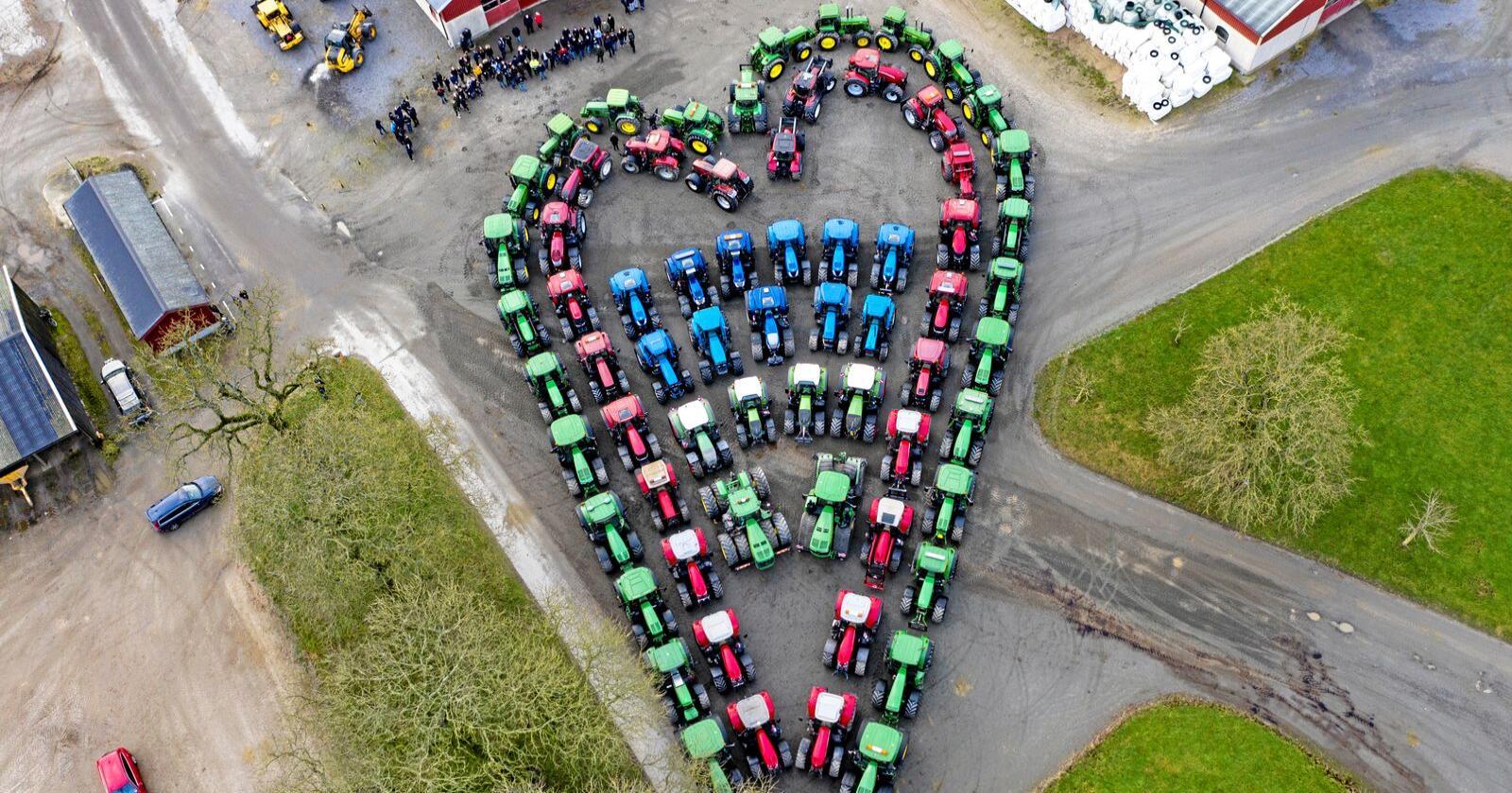 Det ble laget et hjerte av traktorer for å hedre den 17 år gamle jenta som mistet livet i en hesteulykke søndag. Foto: Johan Nilsson / TT / NTB Scanpix