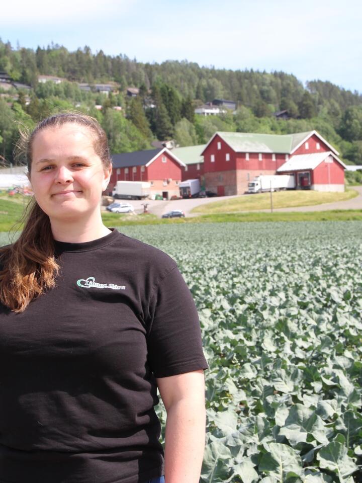 UNG OG GIRA: Selv om overtakelsen av gården skal foregå over noen år, har 22 år gamle Anne Eline tatt en aktiv rolle i drifta som en av gårdens daglige ledere. Det er en hektisk jobb, som hun stortrives med.