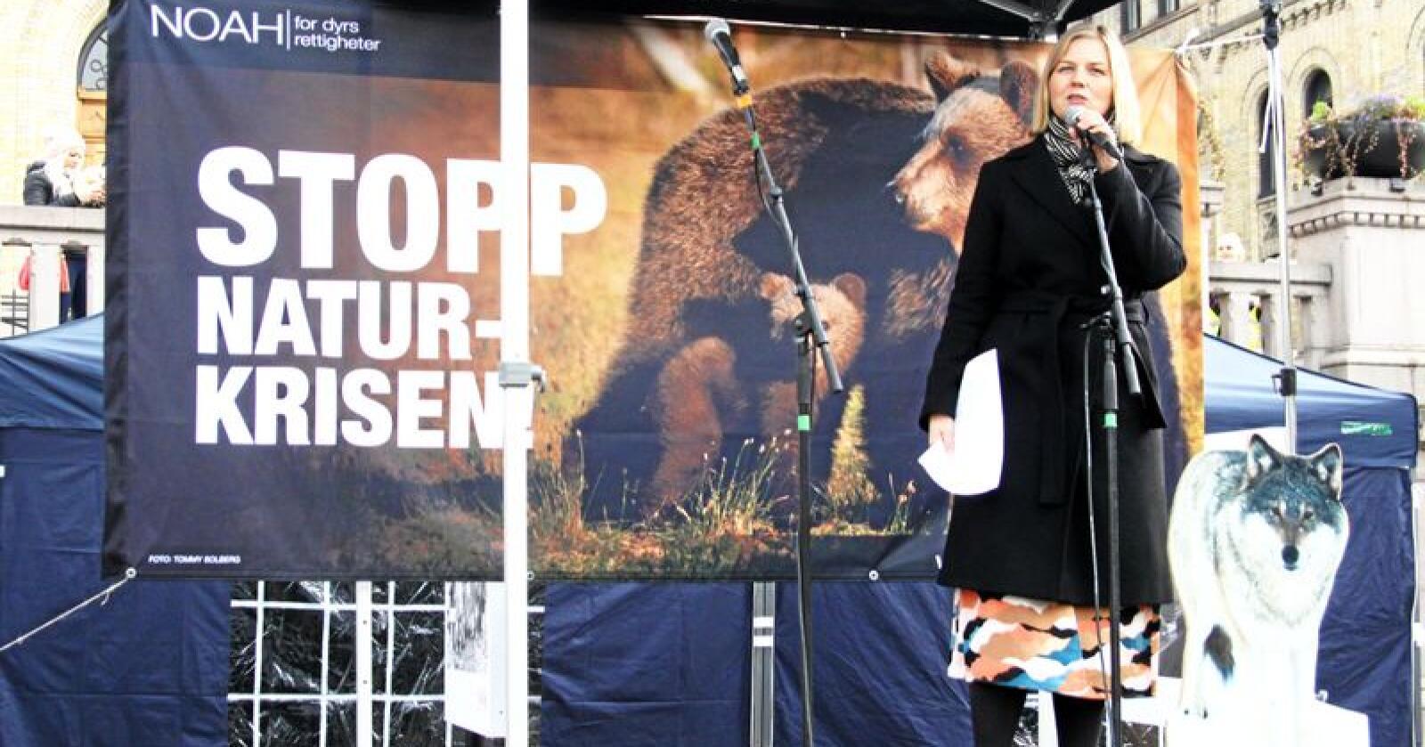 Stortingsrepresentant Guri Melby (V) holder apell under en demonstrasjon for ville dyr i Norge, arrangert av Noah foran Stortinget den 26. oktober 2019. Foto: Christiane Jordheim Larsen