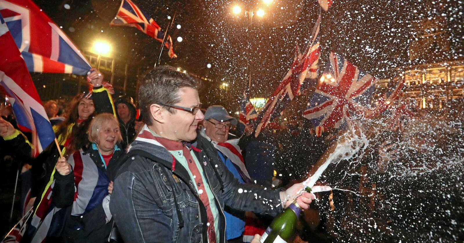 Britiske brexittilhengere samlet i Glasgow fredag kveld for å feire utmeldingen. Foto: AP / NTB scanpix