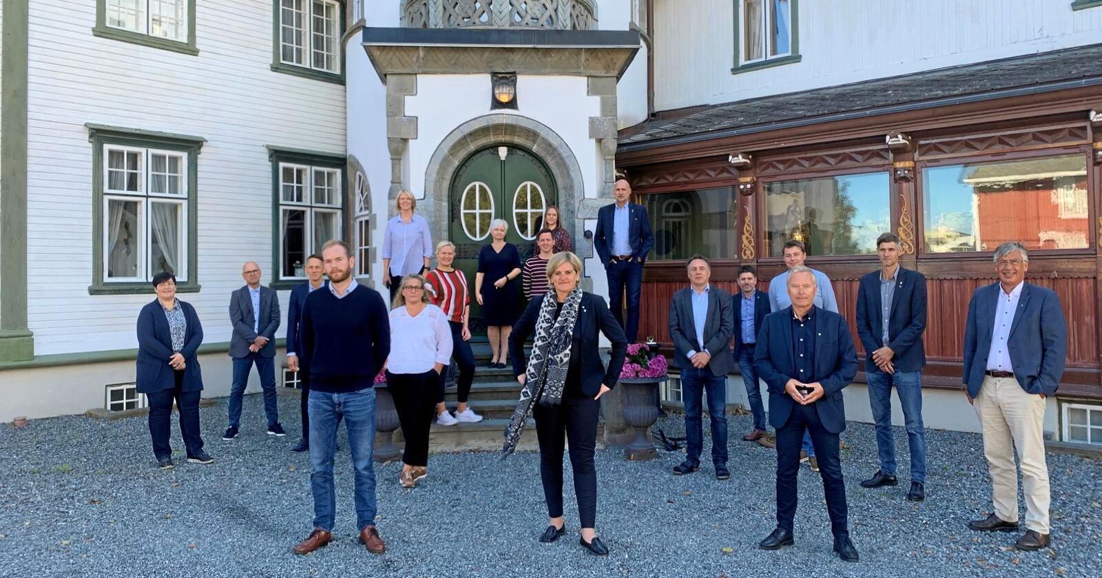 Samtlige ordførere i Trøndelag er kommet med en felles uttalelse. Foran står Isak Veierud Busch fra Røros (Ap), Anne Berit Lein fra Steinkjer (Sp) og Frode Revhaug fra Frosta (H). Foto: KS Trøndelag