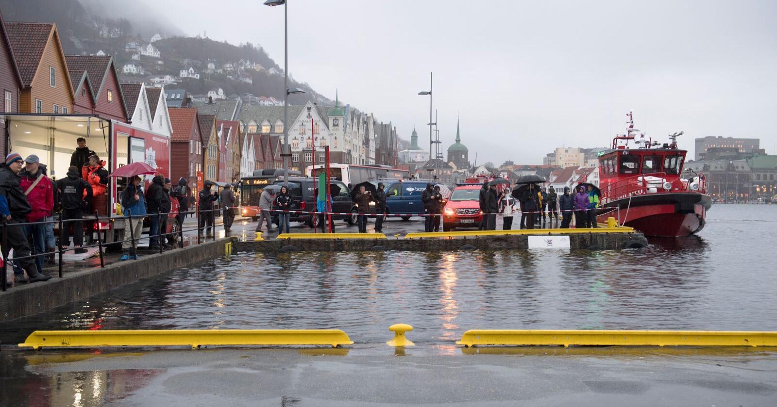 Høy vannstand de neste dagene kan føre til at Bryggen i Bergen blir oversvømt. Dette bildet er tatt under en stormflo i 2017. Foto: Marit Hommedal / NTB scanpix