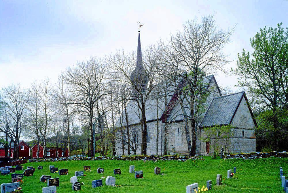 Kirkegården i Alstahaug i Nordland kan bli utvidet, og da kan matjord bli omdisponert til formålet. Foto: Den Norske Kirke