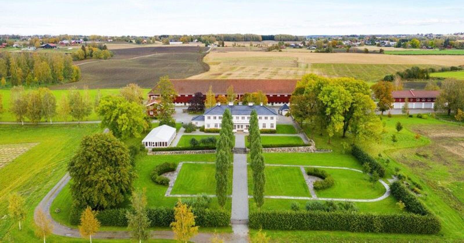 Staur Gård ligger i Stange, og eies i dag av Landbruks- og matdepartementet. Foto: Tegneby & Grønnerød Landbruksmegling