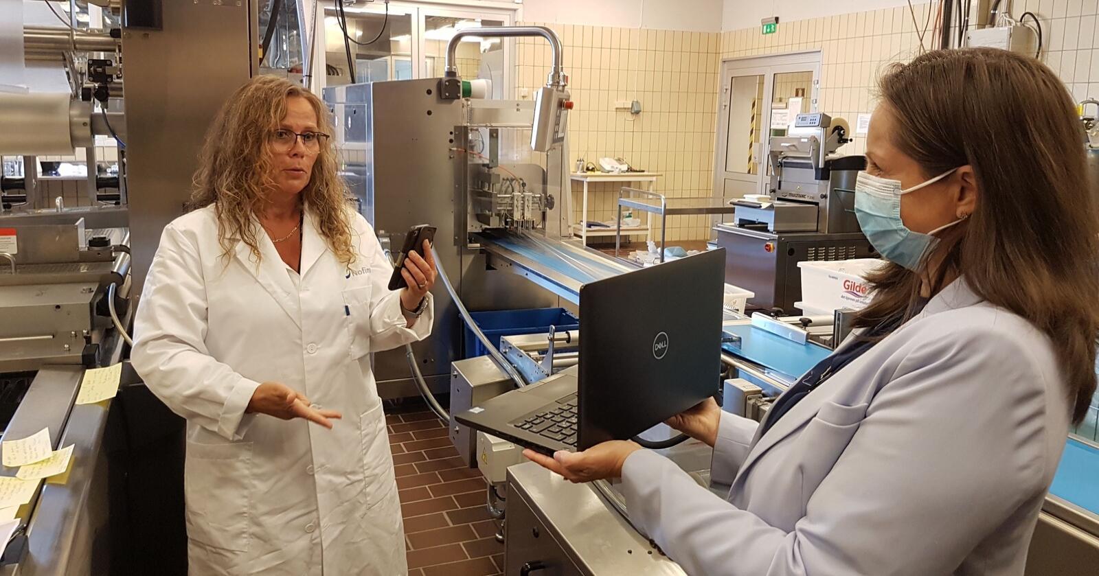 Marit Kvalvåg Pettersen og Wenche Aale Hægermark ved Nofima gir statsråden en digital omvisning i forskningslokalene. Foto: Regjeringen