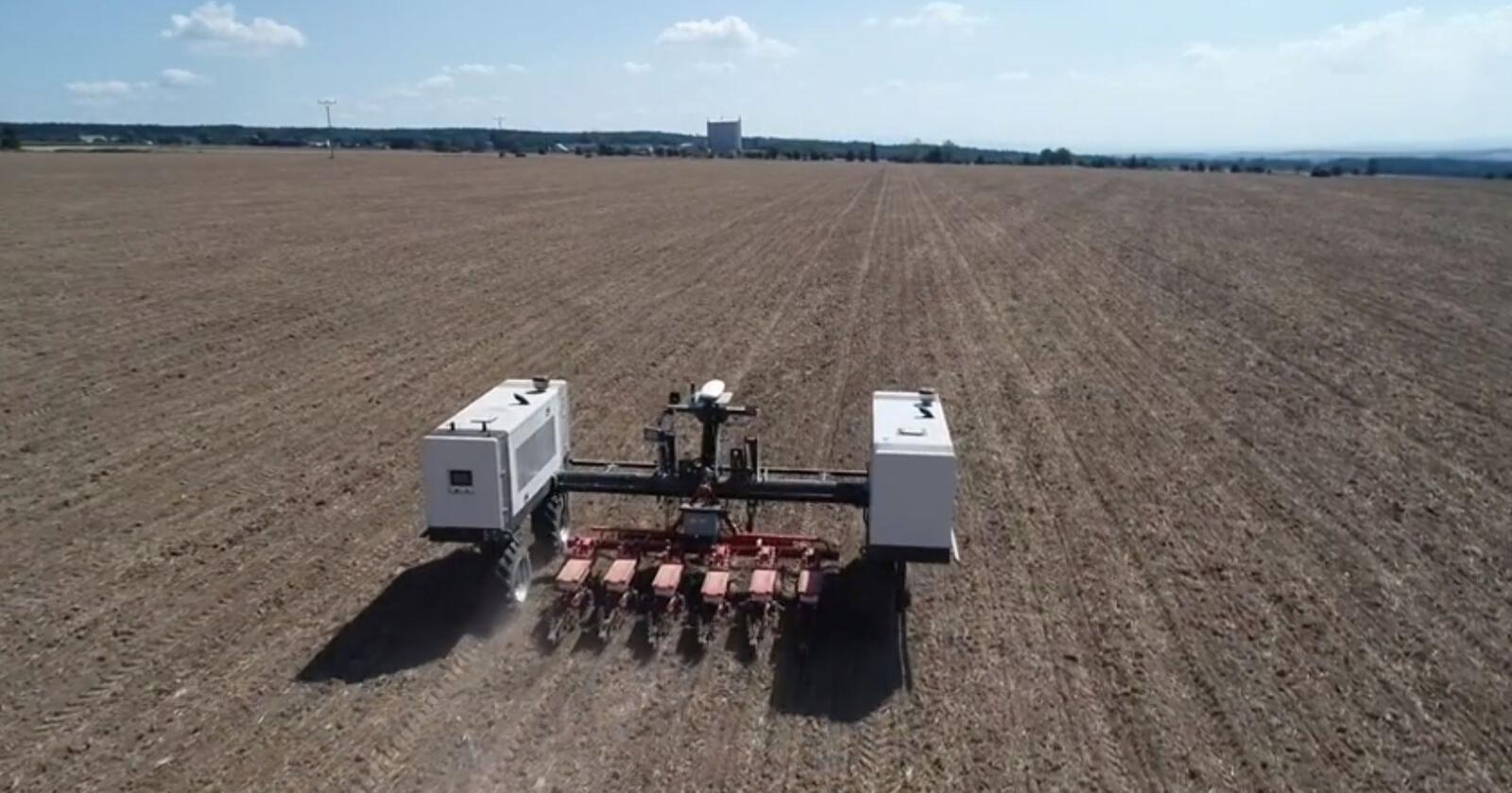 Robotti: Den selvkjørende landbruksroboten fra Agrointelli blir nå å få kjøpt med Pöttinger redskaper.  Skjermdump fra video av demosåing av raps i Tsjekkia.