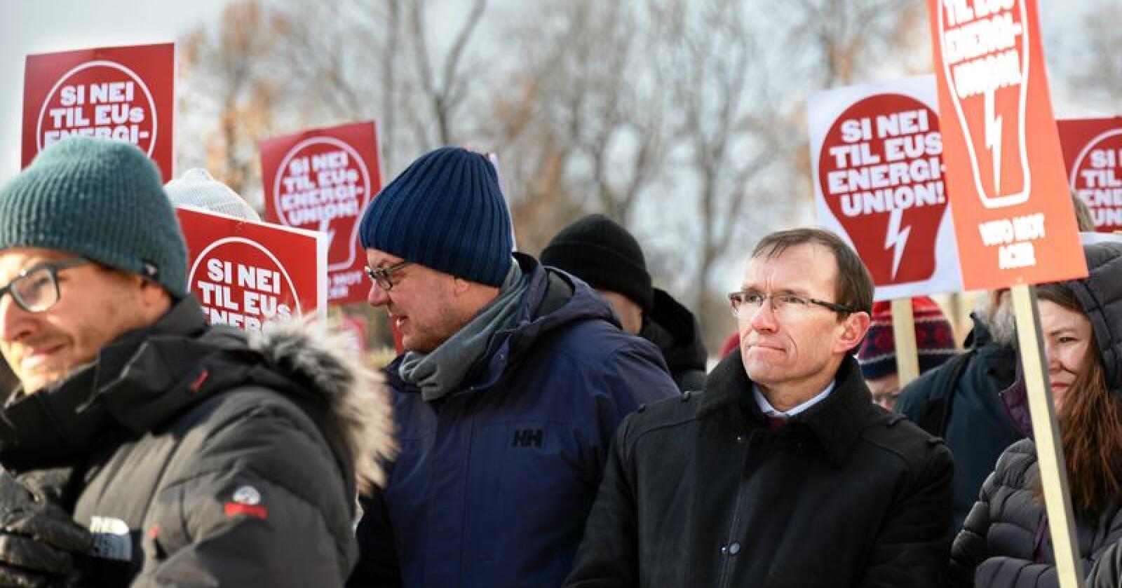 Aps Espen Barth Eide til stede under demonstrasjon mot EUs energiunion.