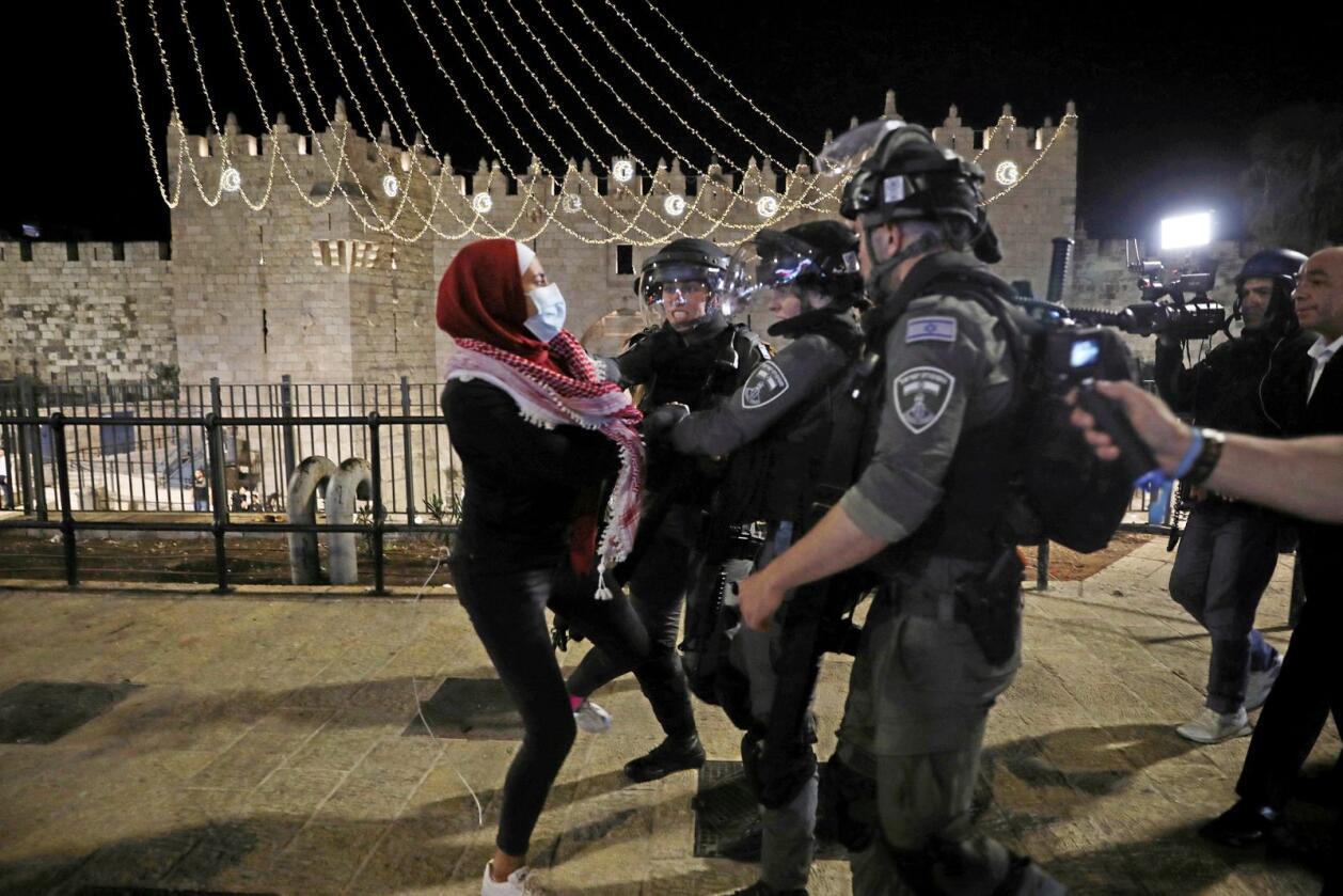 Damaskus-porten: Israelsk politi mot palestinsk kvinne ved Damaskus-porten 11. mai. Foto: AP Photo/Mahmoud Illean, NTB