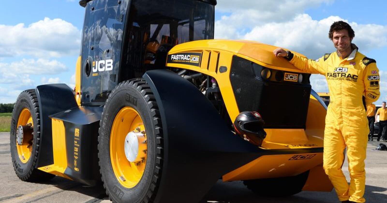 For omtrent nøyaktig 28 år siden, klekket Briten Lord Bamford ut ideen om å utvikle en traktor egna for å både kunne utføre tradisjonelt jordbruksarbeide som å følge veitrafikken. Den 21. juni nådde visjonen uanseelige høyder. JCB har satt ny hastighetsrekord på vanvittige 166,7 kilometer i timen med traktor! (Foto: JCB)