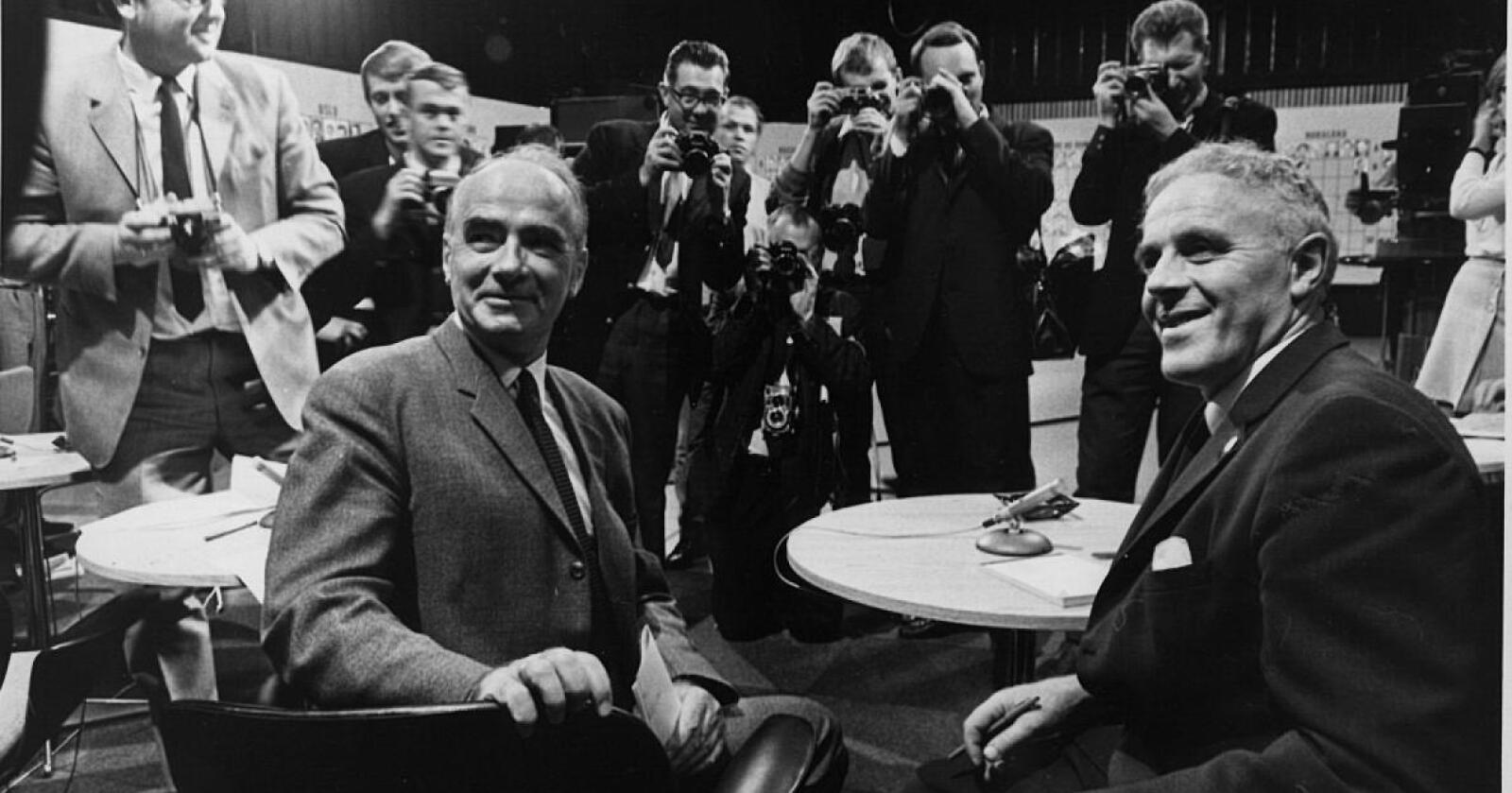 Arkivfoto: Leder i Arbeiderpartiet, Trygve Bratteli, sammen med statsminister og leder i Sp, Per Borten i 1969.