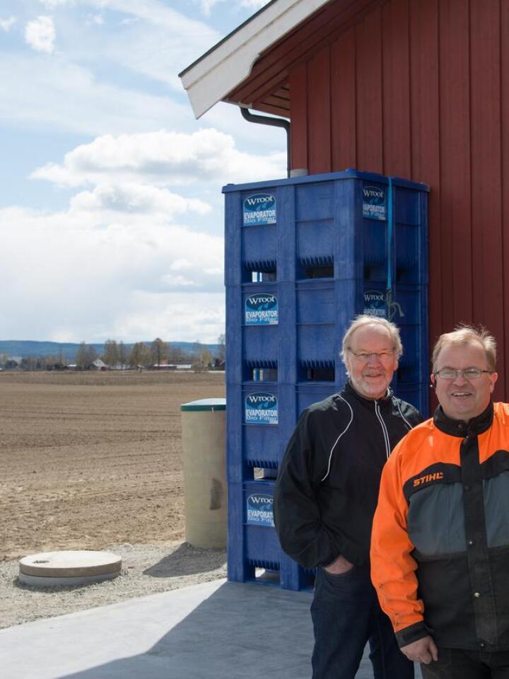 Forsker Ole Martin Eklo fra NIBIO og Bernt Snapa er fornøyde med biofilteranlegget. For de fleste plantevernmidlene som Snapa har brukt – og bruker – på gården fjerner biofilteret over 90% av de skadelige stoffene. Foto: Erling Fløistad