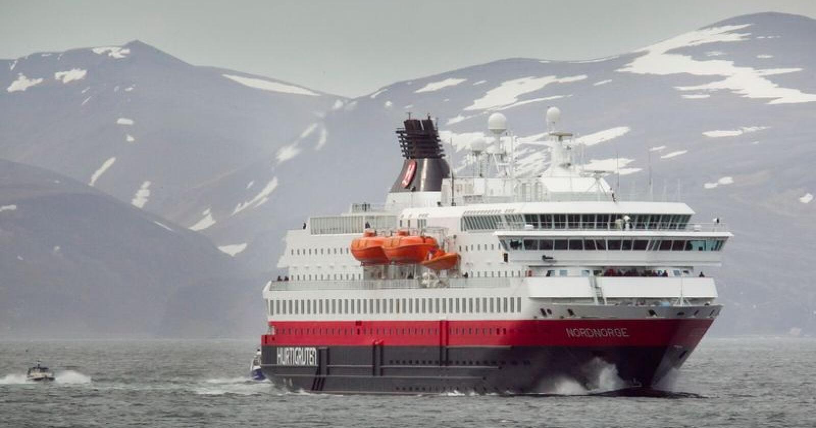Hurtigruten må avlyse to planlagte cruise til Frans Josefs land. Her er et av selskapets skip, MS Nord-Norge, i Honningsvåg. Foto: Heiko Junge / NTB scanpix