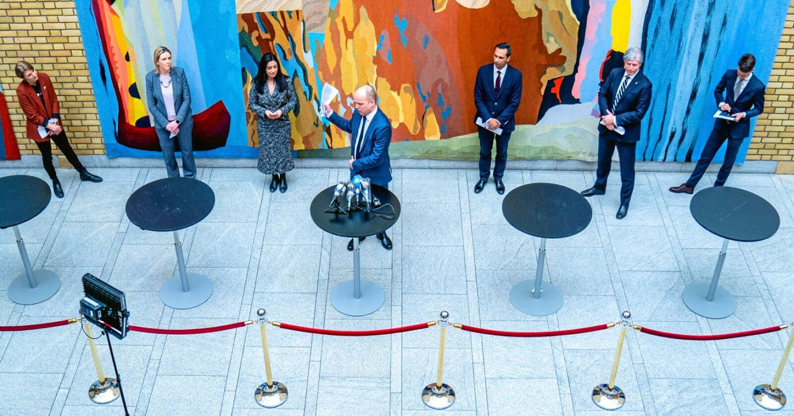 Kari Elisabeth Kaski (SV), Sylvi Listhaug (Frp), Hadja Tajik (Ap), Trygve Slagsvold Vedum (Sp), Mudassar Kapur (H), Ola Elvestuen (V) og Tore Storehaug (KrF) under pressekonferansen på Stortinget etter forhandlingene med regjeringen om en tredje krisepakke. Foto: Stian Lysberg Solum / NTB scanpix