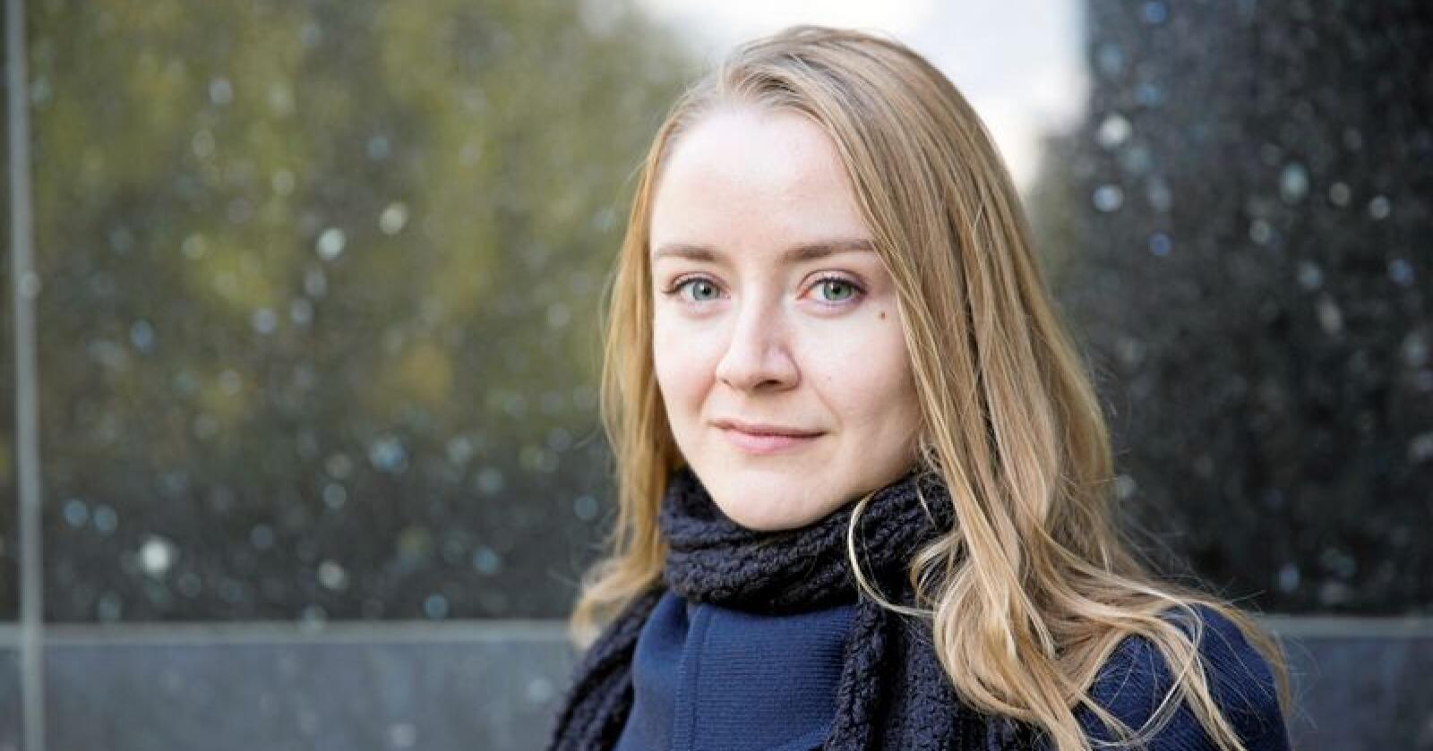 Analyse: Anja Sletteland arbeider med ei bok om seksuell trakassering.  Foto: Camilla Smaadal, Apollon