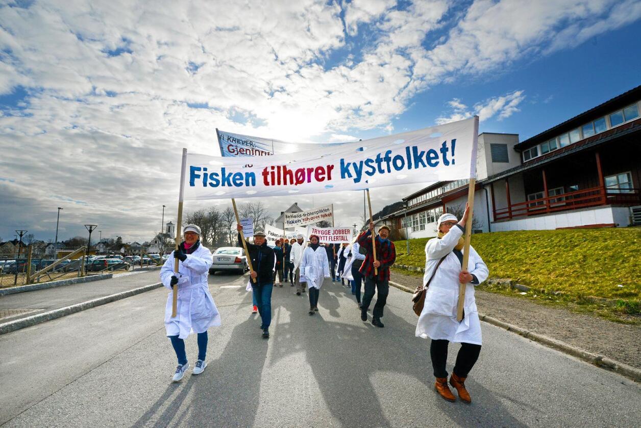 Demonstrerer: Nok er nok for mange folk, arbeidarar og lokalsamfunn i Nord-Noreg. No står kampen om fiskeressursane for fullt, som her i Melbu i Vesterålen. Foto: Siri Juell Rasmussen