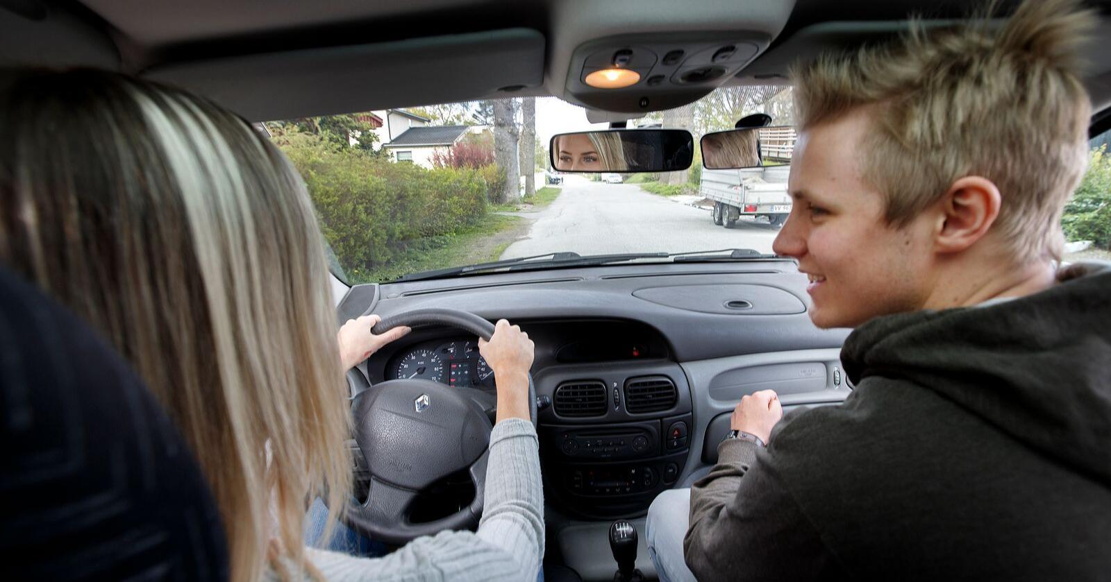 Et regjeringsutvalg har foreslått å la 16-åringer kjøre bil på bygda. Det er ikke alle like positive til. Foto: Gorm Kallestad/NTB
